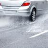 ミゾのないタイヤで雨の高速道路を走るとこうなる