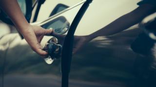 車のドアの閉まる音
