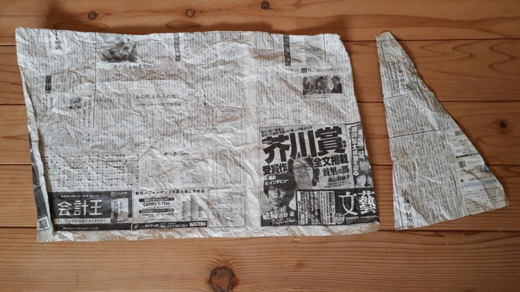 新聞紙を使って窓枠の型を作る